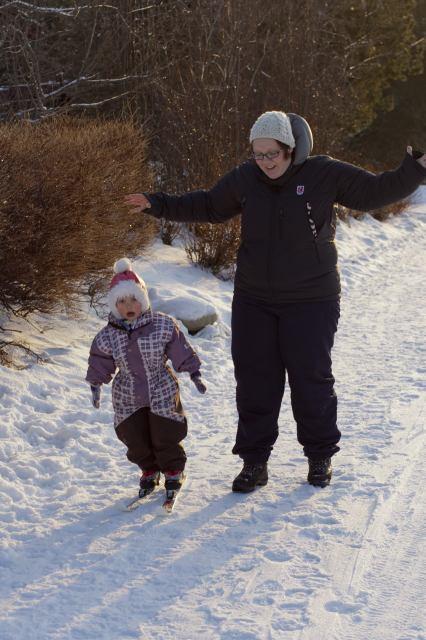 Embla (2) går på ski.