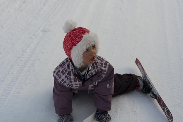 Embla (2) har falt på ski.
